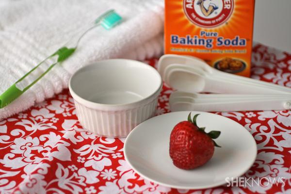 diy baking soda and strawberry for teeth whitenin